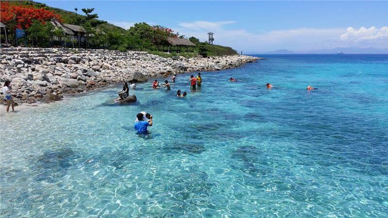 Dòng nước trong vắt trên đảo Hòn Mun. Ảnh: ST