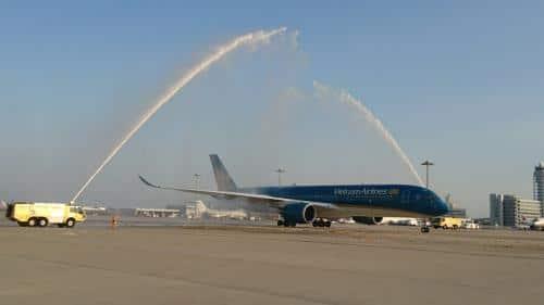 Chi nhánh Vietnam Airlines tại Nhật Bản thực hiện nghi lễ phun nước chào đón tàu bay mới đến Osaka. Ảnh: Vietnam Airlines