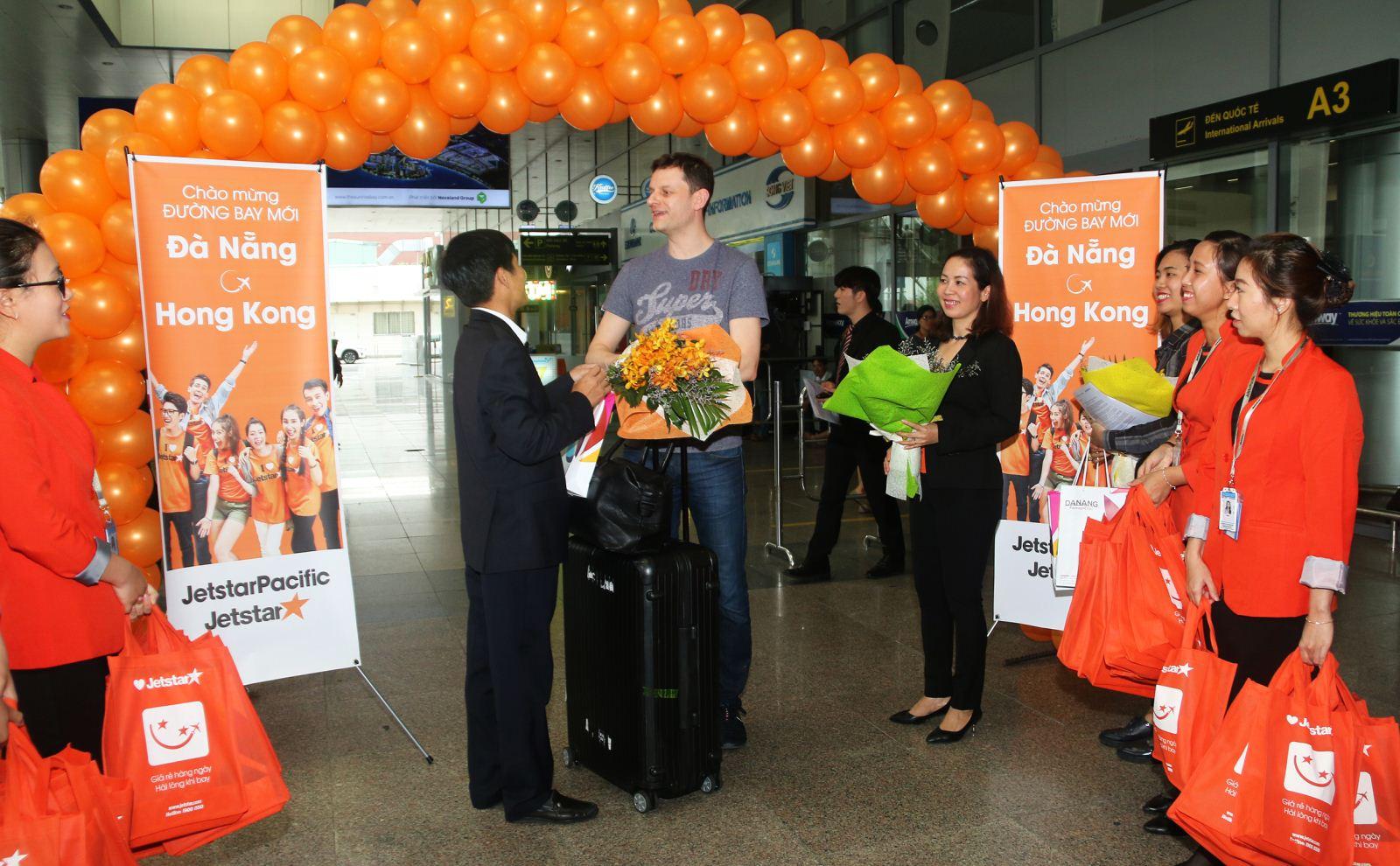 Đại diện hãng hàng không Jetstar tặng hoa chào mừng hành khách bay chuyến đầu tiên từ Đà Nẵng đi Hồng Kông